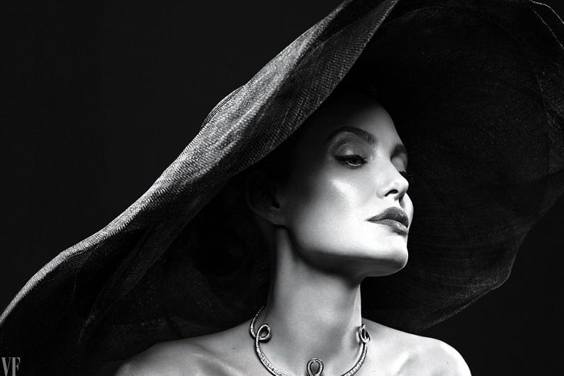 Women in Power: Анджелина Джоли рассказала Vanity Fair оразводе сБрэдом Питтом, седых волосах ижизни домохозяйки