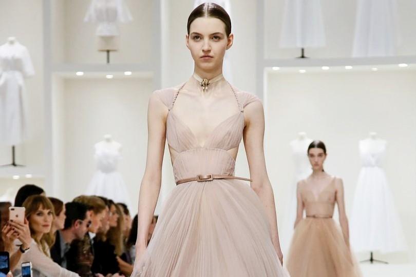 Шкалят датчики  показ Dior Couture на Неделе высокой моды в Париже ... ded6f422252