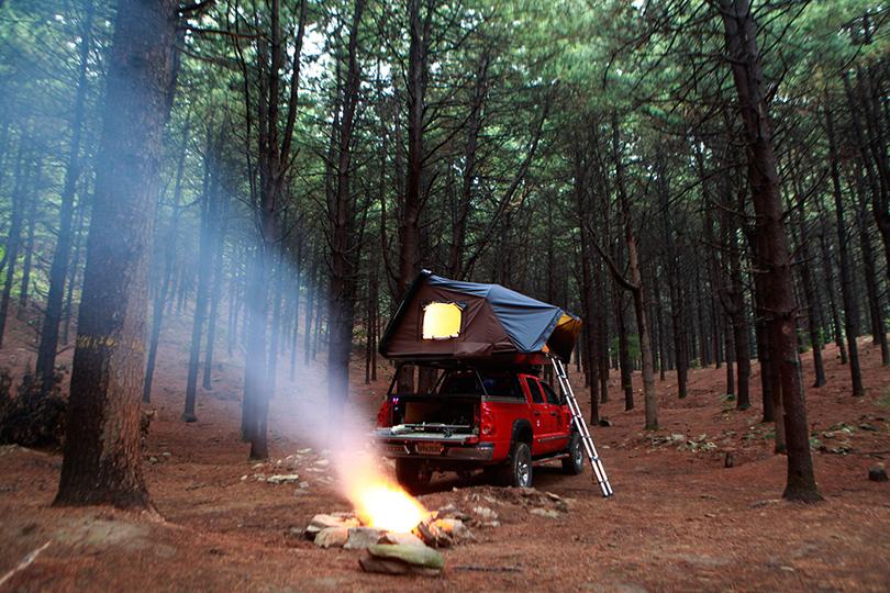 Пара в палатке занимаются любовью а девушка за палаткой смотрит на з