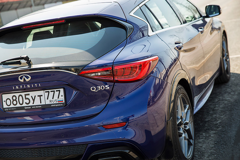 Cars with Jan Coomans. Infinity Q30 Sport review