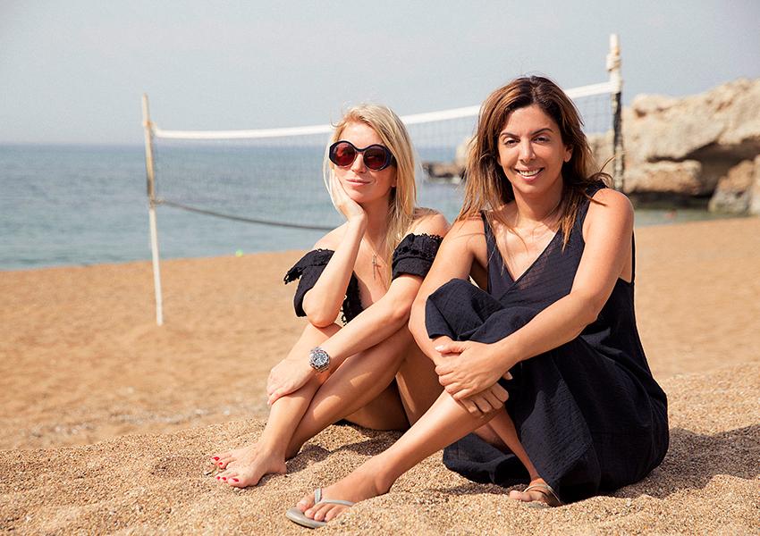 Две Наташи напляже Anassa: Наташа Михаэлидэс, владелица отеля иНаташа Валевская, дизайнер исветская дама