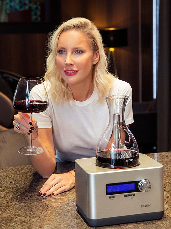 Елена Летучая и кислородный декантер BORK Z600 и бокалы для вина BORK HW501