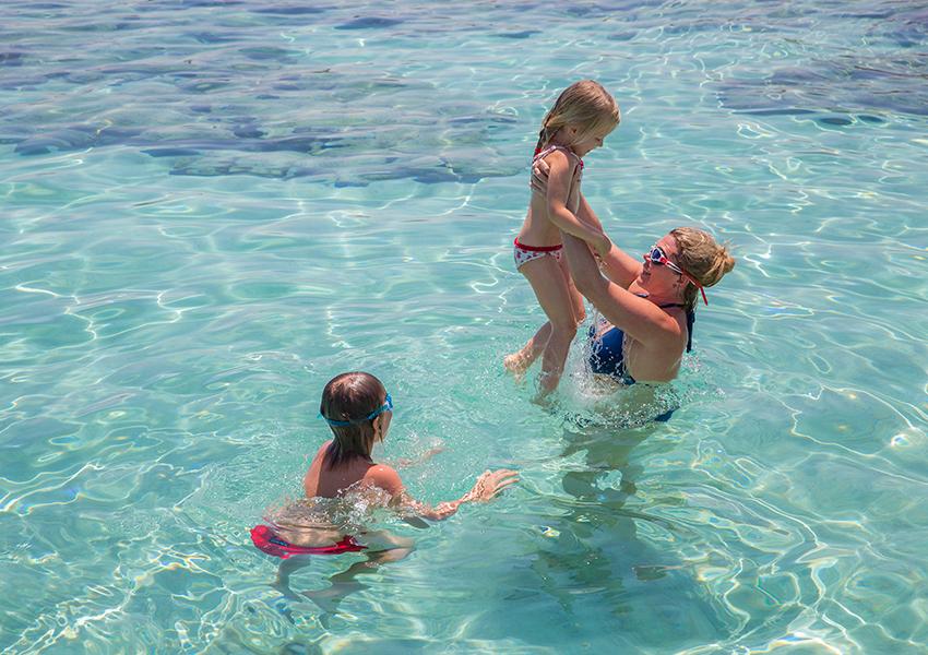 Наталья Боброва учит малышку Наталью-Фредерику плавать в прозрачной кипрской воде — там, где совсем неглубоко