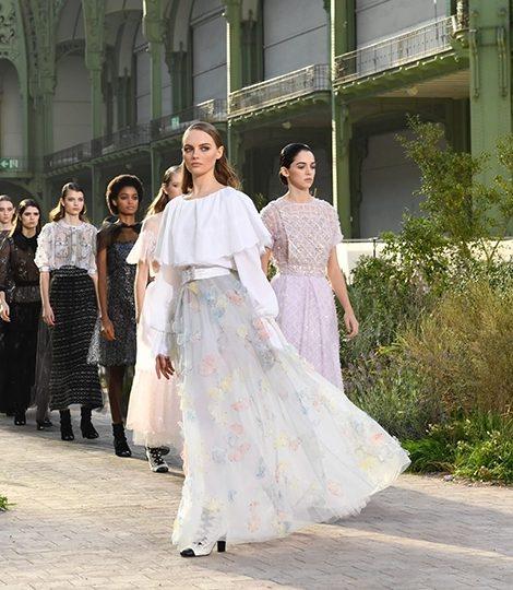Средневековые мотивы на показе Chanel Couture