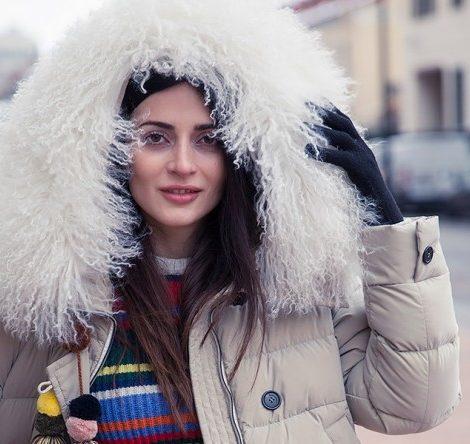 Style Notes c Мариной Изиловой: зимняя мода — черный тулуп, белый мех и перья