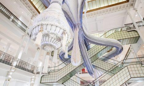 Португальская художница Джоана Васконселос запустила в парижский универмаг «Валькирию»