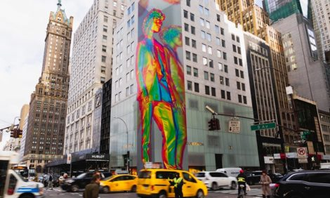 Голографические инсталляции Вирджила Абло для Louis Vuitton украсили улицы мегаполисов