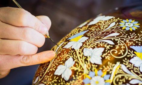 Идея подарка на 14 февраля: именная роспись эмалью на «королевском стекле» Moser
