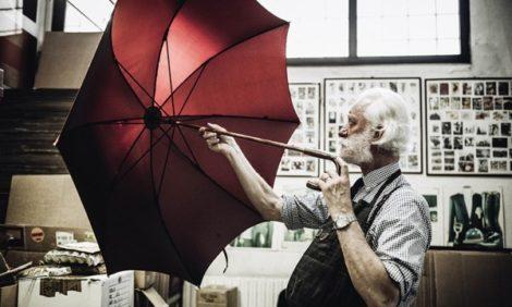Перламутровые пуговицы, фляжка в ручке и китайские парасоли: изучаем самые интересные марки зонтов