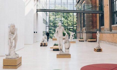 «Трогательная» скульптура и осколки Статуи Свободы: самые интересные выставки сентября в мире
