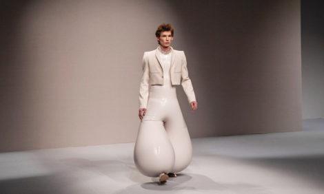 Фото дня: модный бренд Harikrishnan предлагает мужчинам облачиться в надувные латексные брюки