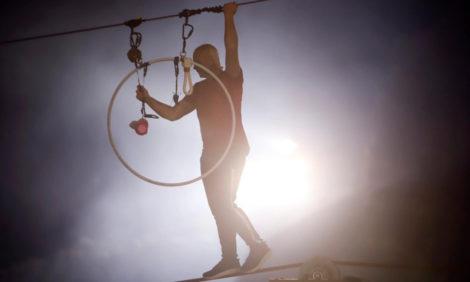 Воздушный гимнаст Ник Валленда прошелся по тросу над действующим вулканом — и его застыдили!