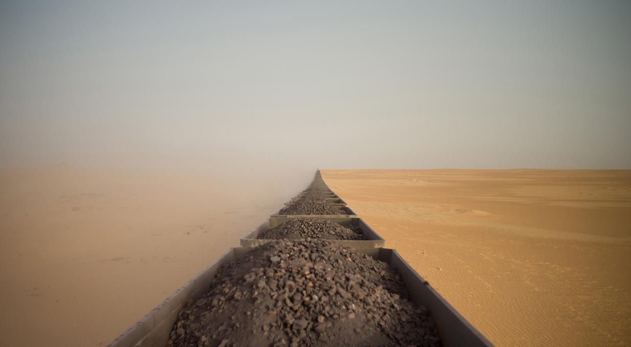 Адриан Герин из Австралии сделал снимок поезда, перевозящего железную руду из одного мавританского города, Нуадибу, расположенного на побережье Атлантического океана, в другой, Зуэрат, в пустыне Сахара.