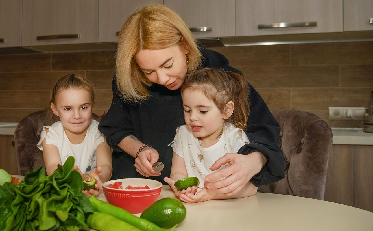 Ольга Суздалкина с дочерями Варварой и Антониной