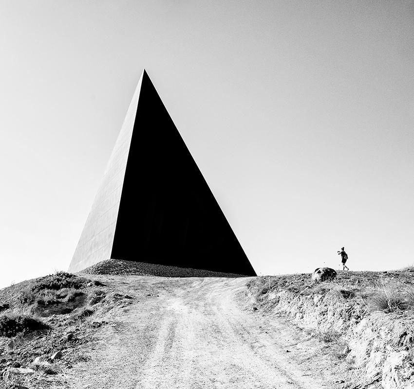 Розария Сабрина Пантано из Италии запечатлела в черно-белом снимке скульптуру «38-я параллель» Мауро Стаччоли — пирамиду в районе Мотта-д'Аффермо на острове Сицилия, построенную в точке, через которую проходит 38-я параллель.