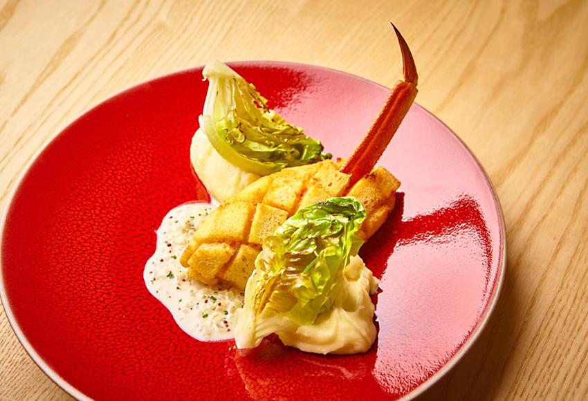«Пожарская» крабовая котлета с картофельным пюре и соусом из семян молодой горчицы