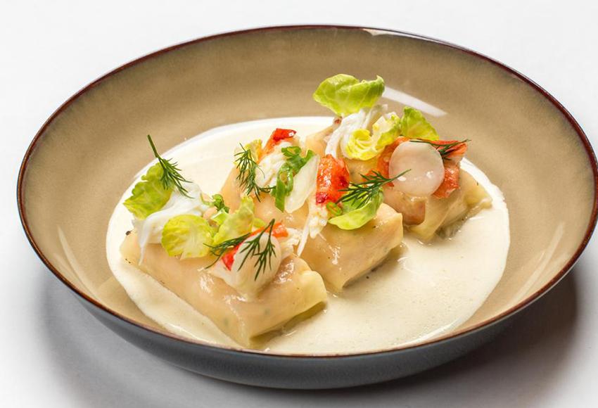 Голубцы с мясом комчатского краба и салатом из квашеной капусты