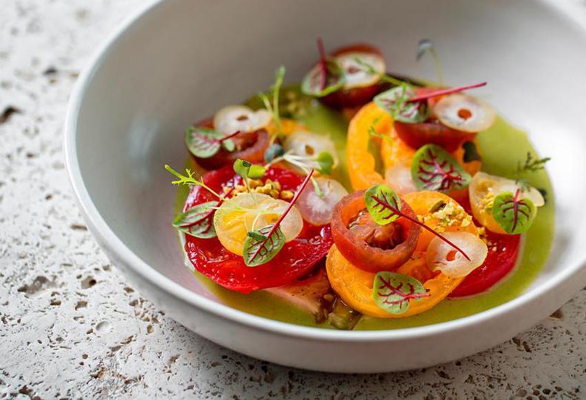 Разноцветные томаты с соусом из трав