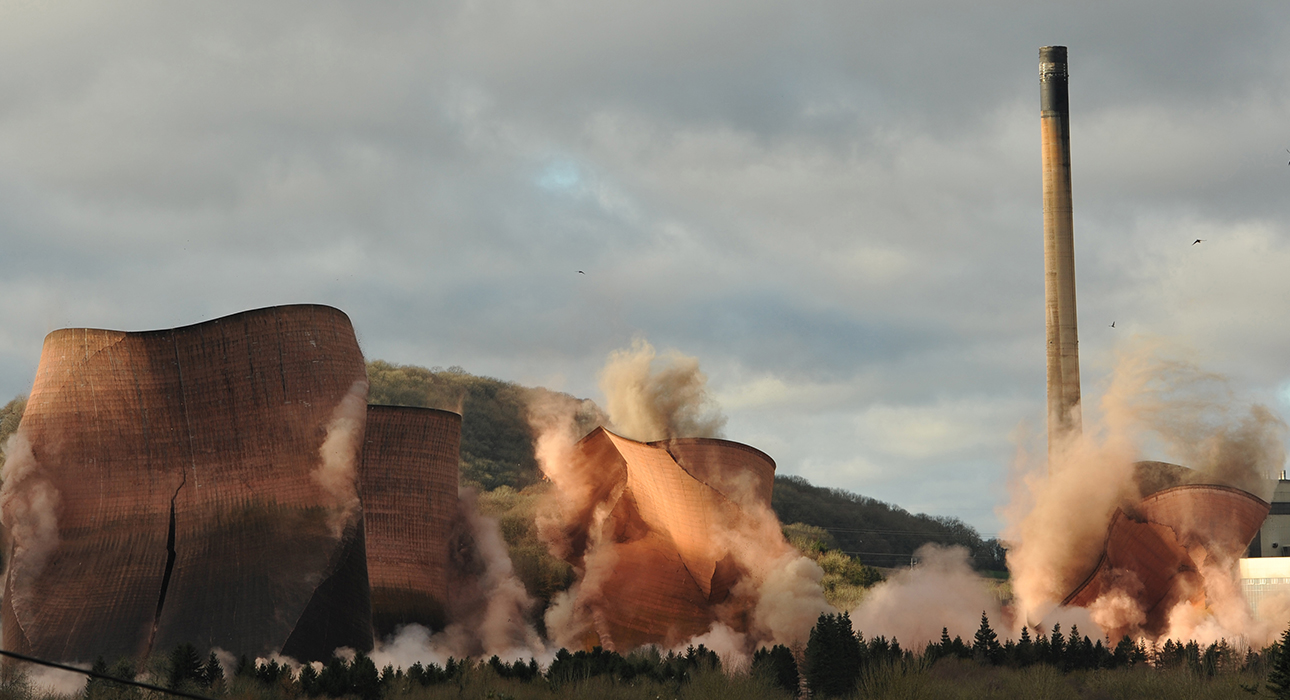 Мгновение, когда градирни электростанции в Шропширни падают при сносе, запечатлено на фото Алека Конны из Великобритании.