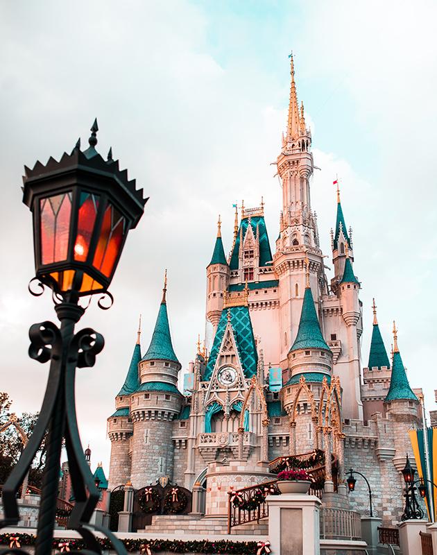 Тематические парки Disneyland закрыты, но в них продолжается работа