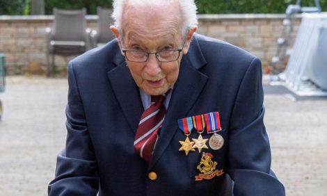 99-летний ветеран из Великобритании собрал миллионы в помощь врачам