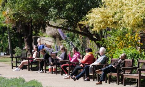 Охота пуще неволи: британцы заполонили парки и наслаждаются весной