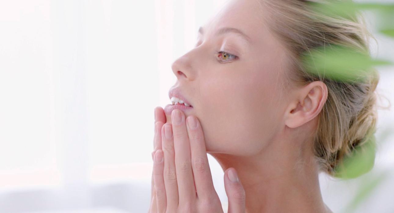 Сам себе косметолог: техника комплексного массажа лица Clarins