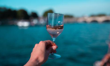 В Париже — не пить: во французской столице запретили употребление алкоголя на берегах Сены и ее каналов