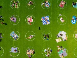 Круги на полях: опыт социального дистанцирования в парке Domino Park в Нью-Йорке