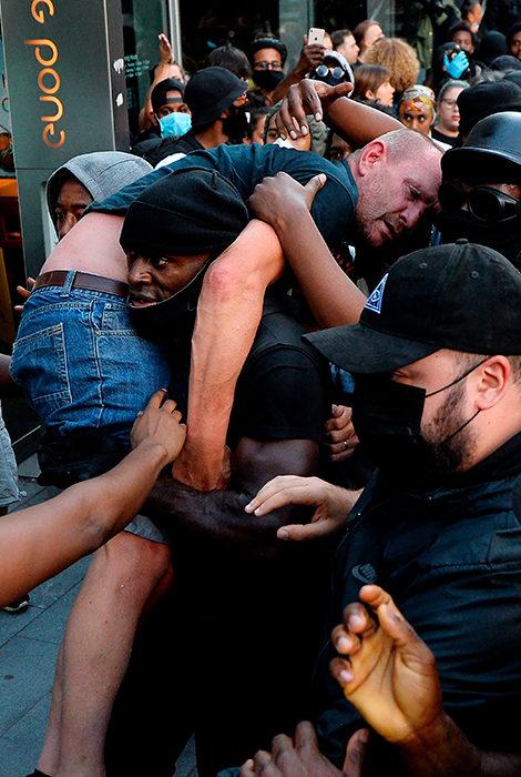 Общество: чернокожий участник лондонских протестов Black Lives Matter спас белого мужчину