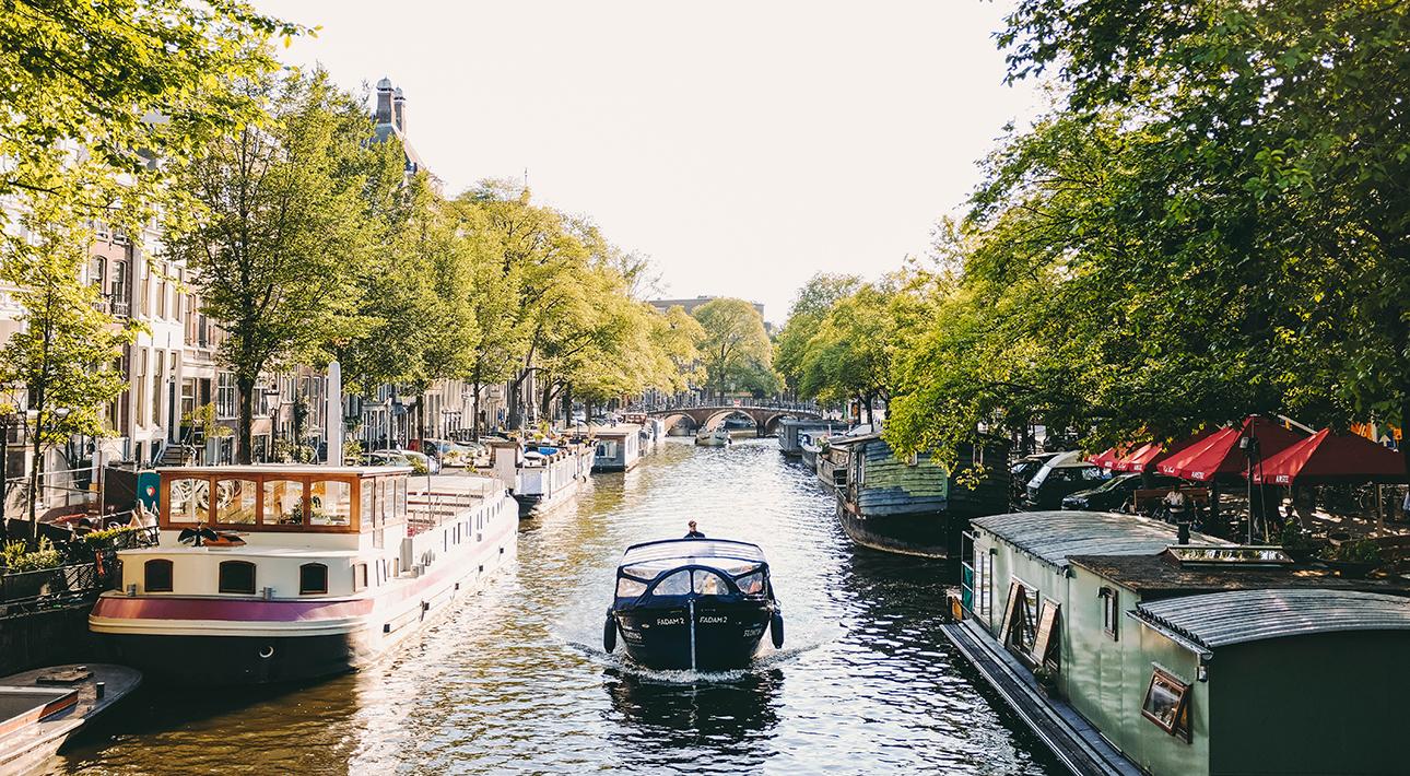 Амстердам запретил размещение туристов в центре города с помощью сервиса Airbnb