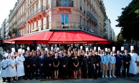 Париж: знаменитая брассери Fouquet's Paris на Елисейских полях возобновила работу после карантина