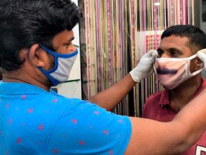 Индийские производители тканевых масок печатают на них лица клиентов