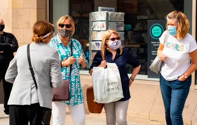 Англия вводит обязательное ношение масок в магазинах — из-за прогнозов ученых о смертельной второй волне