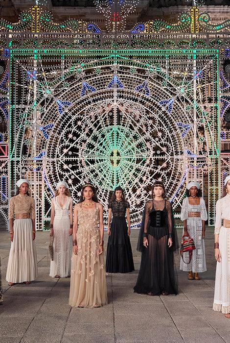 «Любить и петь»: новую круизную коллекцию Dior показали в итальянском городке Лечче
