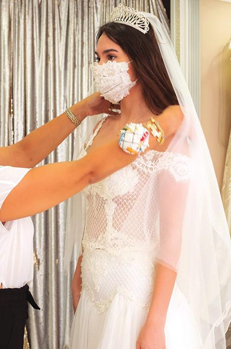 В Турции и других странах дизайнеры свадебных платьев сразу шьют к ним маски
