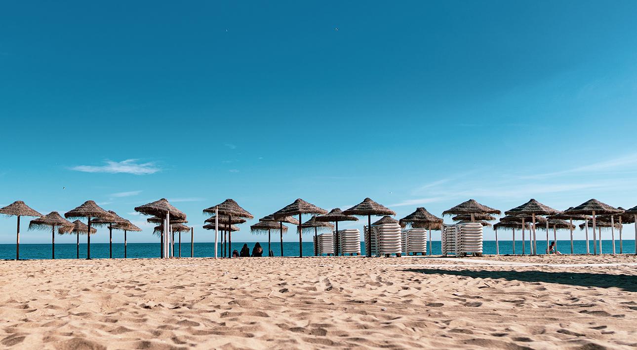 #TravelБизнес: Испания вновь закрывает пляжи, в Дубае появятся российские терминалы для измерения температуры, и другие новости туриндустрии