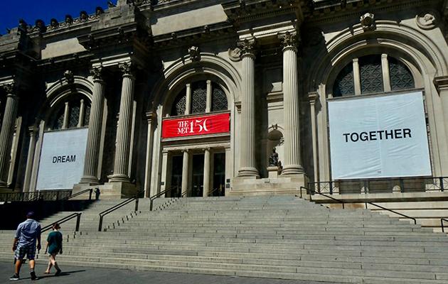 Йоко Оно вывесила вдохновляющие баннеры на фасаде Метрополитен-музея в Нью-Йорке