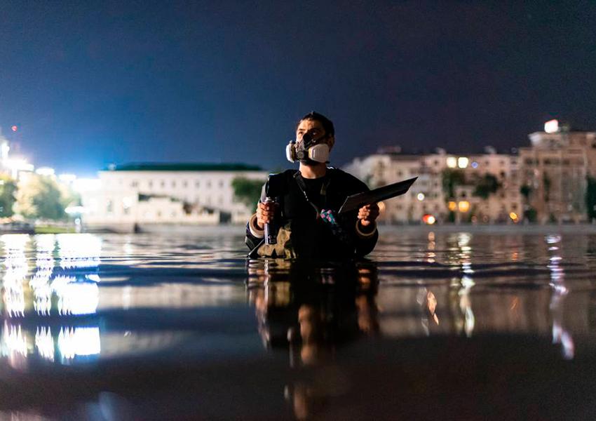 К 20-летию катастрофы на подводной лодке «Курск» художники создали памятник, который виден только во время дождя