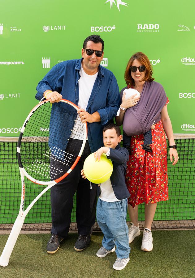 Ян Яновский с семьей — супругой Леной Фейгин и детьми