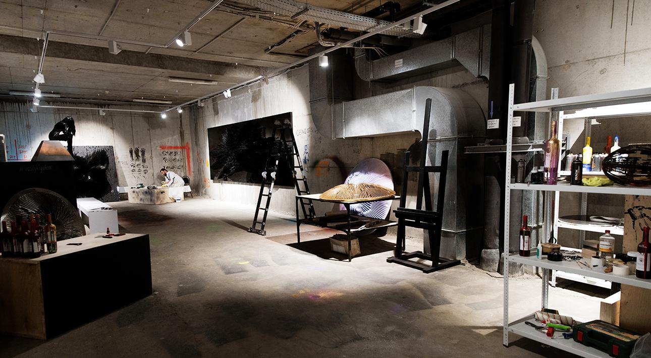 Светская неделя с Ириной Чайковской: открытие выставки «Теория обратного взрыва» Василия Клюкина