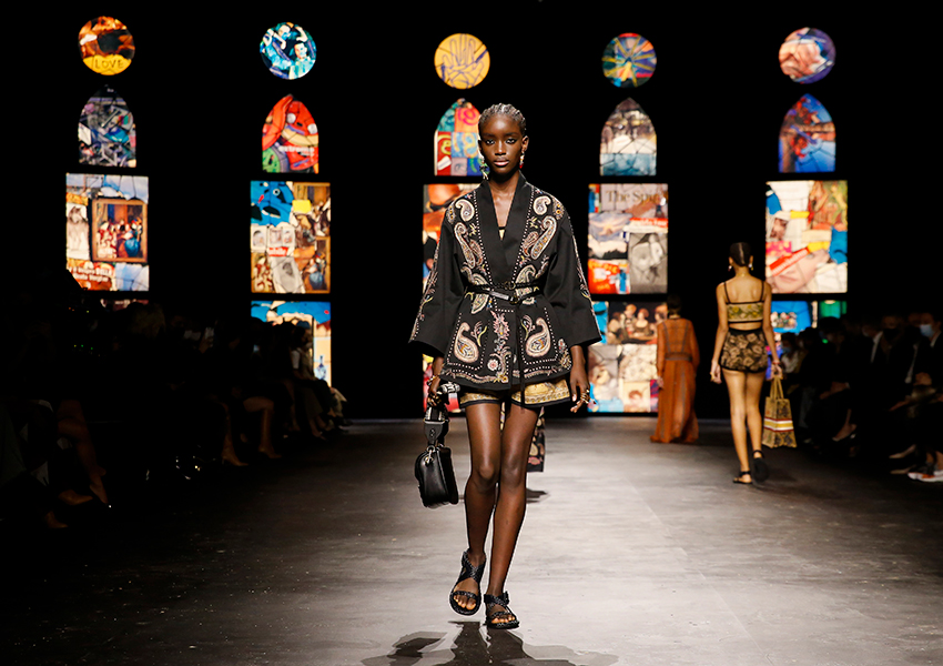 «Заботиться о себе»: в Париже показали коллекцию Dior весна-лето 2021