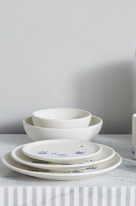 Коллекция для дома Off-White: лаконичная керамика, мохеровые подушки и зубная щетка