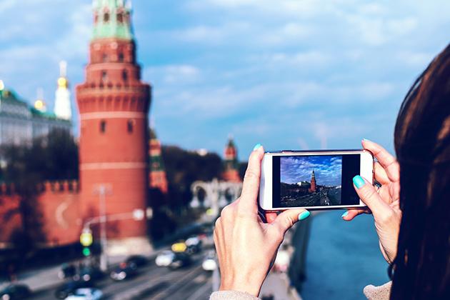 В начале мая вице-президент Ассоциации туроператоров России Илья Уманский сообщил, что рассчитывает на возрождение внутреннего туризма после пандемии, но пока реальная ситуация говорит об обратном. Россияне стали меньше посещать столицу из-за новой волны ограничений в Москве, которые будут действовать до середины января 2021 года. Кафе и рестораны закрыты с 23:00 до 6:00, запрещены развлекательные и досуговые мероприятия с участием зрителей, заполняемость кинотеатров и концертных залов ограничена до 25%, рождественские ярмарки и детские елки отменены.  За неделю новая волна ограничений привела к сокращению оборотов московских гостиниц более чем на 20%, тем самым усугубив кризис, начавшийся весной. При этом туроператоры уверены, что к началу новогодних каникул ситуация ухудшится — столица окончательно станет аутсайдером на рынке внутреннего туризма. Согласно данным Tinkoff CoronaIndex, на прошлой неделе оборот московских отелей (категория малого и среднего бизнеса) сократился на 22% относительно предыдущей недели. Не все гладко и у операторов индустрии развлечений — за аналогичный период они потеряли 21%. И это объяснимо. Тратить в кризис деньги на поездку в Москву, в которой буквально нечего смотреть кроме самого города — никаких вам музеев, ведь они закрыты, плюс действуют ограничения на заполняемость кинозалов и театров — вряд ли кто-то захочет.  По оценкам некоторых туроператоров, по сравнению с аналогичным периодом прошлого года сейчас турпоток ниже на 65%. И есть куда падать! Люди отменяют брони на новогодние каникулы, в ответ игроки рынка пытаются придумать какие-то интересные активности, например, теплоходные прогулки, обзорные экскурсии, но вряд ли это сможет компенсировать более комфортный досуг — поход в музеи. Ударил по московским отельерам и массовый отказ компаний от традиционных корпоративов. В СМИ уже появляется информация, что сотрудникам предлагают отмечать новогодние вечеринки онлайн. По оценкам Tinkoff CoronaIndex, туризм оказался наиболее пострад