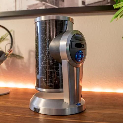 Настольная камера с обзором 360 градусов Meeting Owl Pro способна сделать виртуальные встречи более человечными! Симпатичная «сова» автоматически переключает фокус на говорящего, направляя на него объектив и микрофон. По сути, она может следить за разговором, как если бы вы были в комнате, и позволяет участникам виртуальных собраний лучше понимать, как протекает процесс в реальности. Бытовая электроника Несколько лет назад Кристофер Миллер посетовал, что планетарии не могут показать красоту ночного неба в полной мере, и создал более «подробную» модель. Так появился планетарий DS-1 (580 долларов), который может проецировать 4,1 миллиона звезд на потолок вашей спальни с помощью хромированного диска. И это притом, что большинство домашних планетариев могут показать лишь сотни тысяч звезд. К концу 2020 года Миллер с удовлетворением отметил, что его устройство покупают не только специалисты, но и люди, далекие от астрономии.