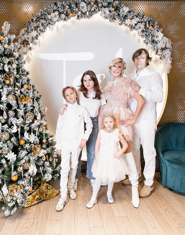 Мила Марсель с мужем и детьми