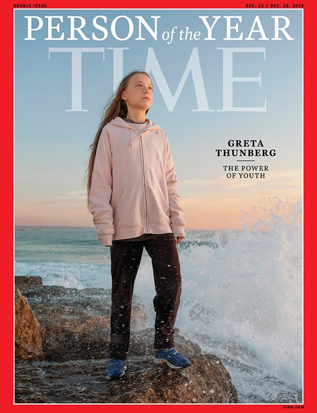 Впервые за всю историю своего существования авторитетный американский еженедельник ввел номинацию «Ребенок года». На это звание претендовали пять тысяч американцев в возрасте от 8 до 16 лет, в финале оказались пять детей — каждый получит премию от компании Viacom, владеющей Nickelodeon. В итоге «Ребенком года» стала 15-летняя изобретательница из Колорадо Гитанджали Рао. Номер Time с фото девушки на обложке, которая три года назад стала лучшим молодым ученым страны, выйдет 14 декабря. Кстати, год назад Рао попала в список «30 до 30 лет» Forbes.  Напомним, что в прошлом году «Человеком года» по версии Time стала шведская экоактивистка Грета Тунберг. По словам представителей Time, движение Тунберг, борющейся с климатическими изменениями, красноречиво доказывает: сейчас молодежь обладает огромным влиянием на происходящее в мире и может менять его в соответствии со своим видением. И создание номинации «Ребенок года» стало естественным откликом на этот тренд.  Процесс выбора оказался сложным: лучших из лучших определял целый отборочный комитет из звезд каналов Nickelodeon и Disney, репортеров Time For Kids и представителей разных фондов. В итоге победила юная жительница Колорадо, которая уже в будущем году планирует создать глобальное сообщество молодых новаторов для решения мировых проблем. Три года назад она уже громко заявила о себе, когда изобрела быстрый и недорогой способ, позволяющий определить наличие опасного загрязнителя — свинца — в питьевой воде. Толчком для изобретения стали теленовости. Девочка увидела сюжет о проблемах с водой в городе Флинт (Мичиган) и придумала устройство Tethys — фильтр из углеродных нанотрубок, определяющий наличие свинца в воде и передающий данные на смартфон по Bluetooth. За это изобретение компания 3M вручила ей премию в размере 25 000 долларов.  «Я непохожа на типичного ученого. Ученые, которых я обычно вижу по телевизору, — пожилые белые мужчины». --- вынос  В сфере интересов молодого ученого — исследование возможностей искусственн