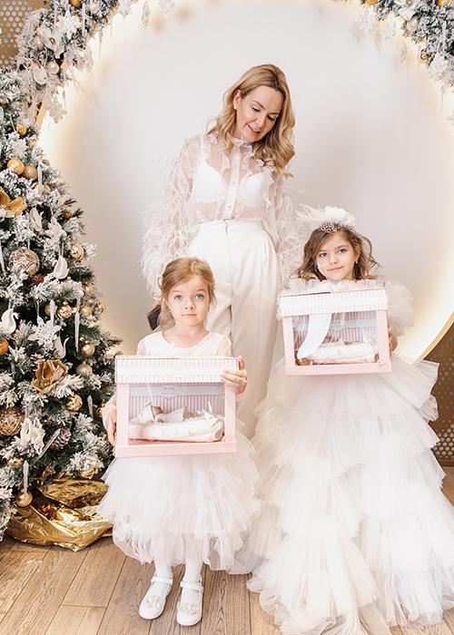 Мария Журавлева (врач КТ-диагностики) с дочерьми и куклы МаМа от спонсора мероприятия Magic Manufactory
