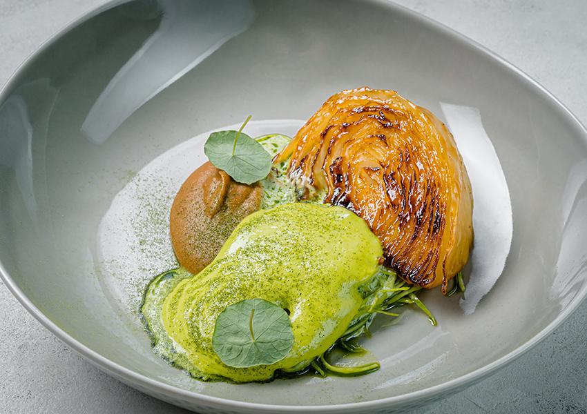 Ресторан SAVVA. Стейк из капусты, жареная капуста и крем из лука-порей