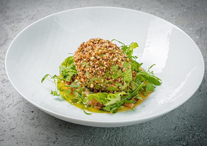 Ресторан SAVVA. Авокадо, хумус с печеным перцем и хрустящая гречка